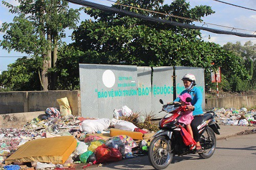 TP.HCM: Rác thải bủa vây nhiều tuyến đường giữa trung tâm thành phố - ảnh 3