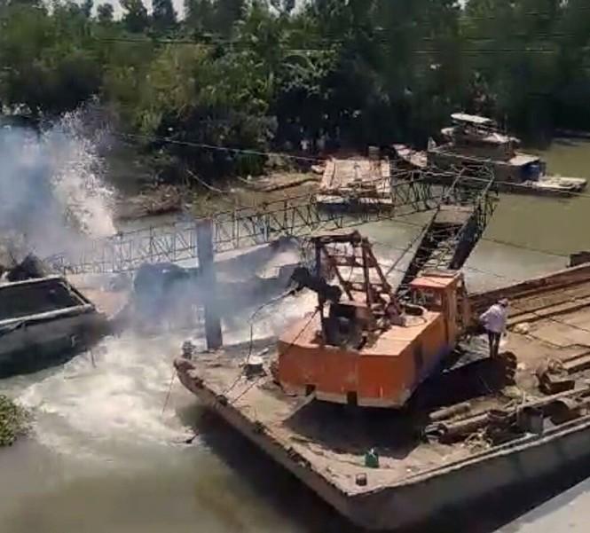 Xe cẩu cứu hộ gãy đôi khi trục vớt xe tải trong vụ sập cầu ở Đồng Tháp - ảnh 1