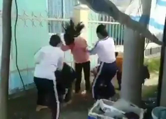 Hai nữ sinh lớp 8 đánh dã man bốn học sinh lớp 6  - ảnh 1
