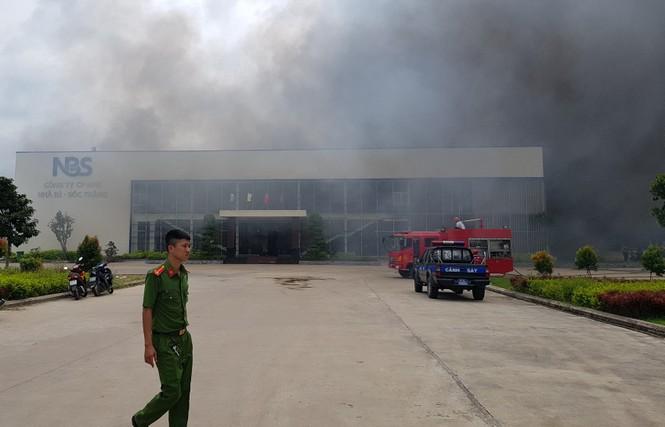 Cháy lớn tại Công ty May Nhà Bè ở Sóc Trăng, hàng trăm công nhân tháo chạy - ảnh 1