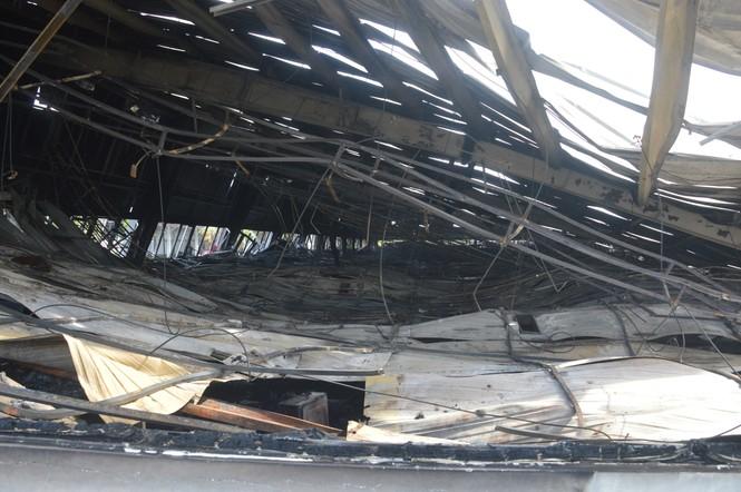 Khung cảnh tan hoang của 10.000m2 nhà xưởng cty May Nhà Bè sau vụ cháy - ảnh 7