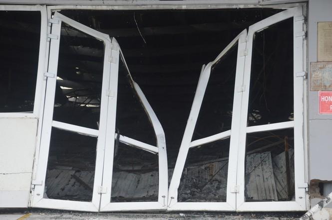 Khung cảnh tan hoang của 10.000m2 nhà xưởng cty May Nhà Bè sau vụ cháy - ảnh 3