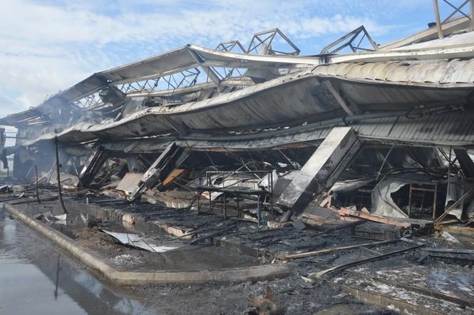 Khung cảnh tan hoang của 10.000m2 nhà xưởng cty May Nhà Bè sau vụ cháy - ảnh 1