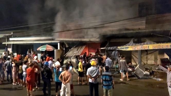 Sau tiếng nổ lớn, cửa hàng điện tử bốc cháy dữ dội - ảnh 1