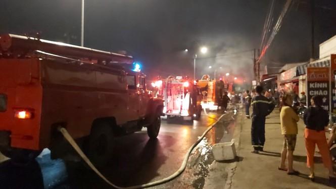Sau tiếng nổ lớn, cửa hàng điện tử bốc cháy dữ dội - ảnh 2
