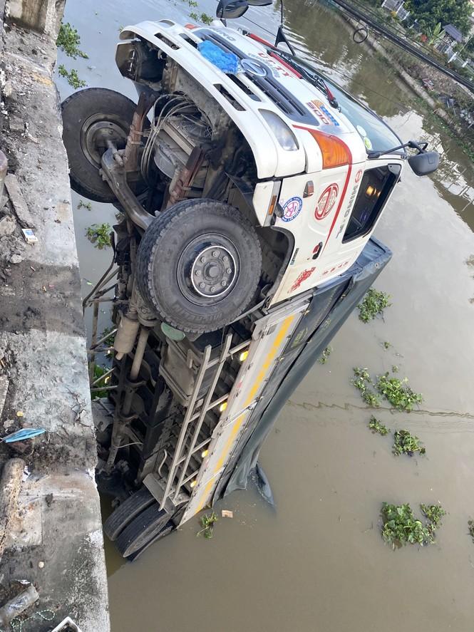 Sập cầu, xe tải chở 15 tấn lúa treo lở lửng trên sông  - ảnh 2