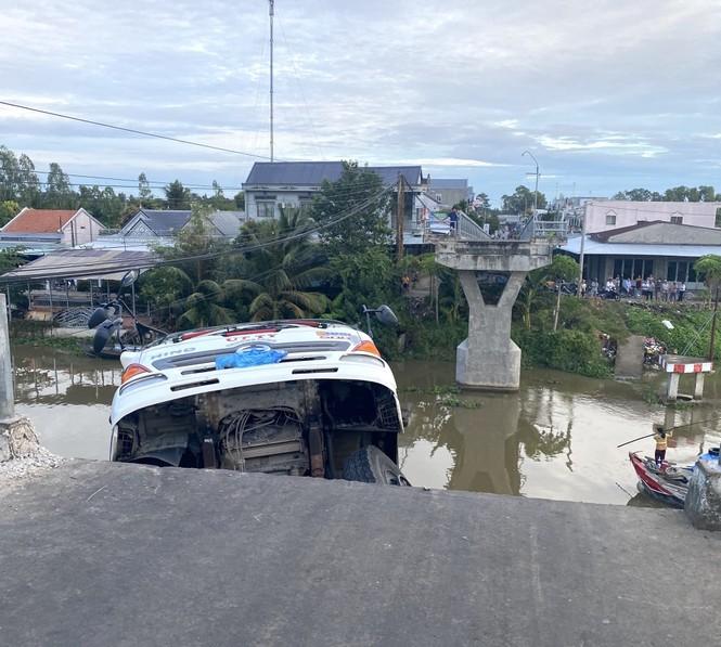 Sập cầu, xe tải chở 15 tấn lúa treo lở lửng trên sông  - ảnh 1