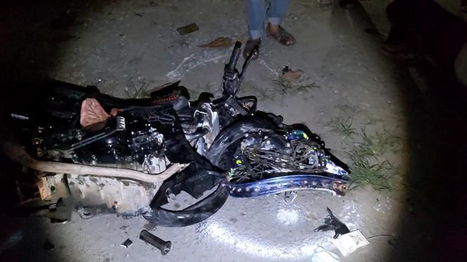 2 xe máy biến dạng sau cú tông trực diện, 3 người thương vong - ảnh 2