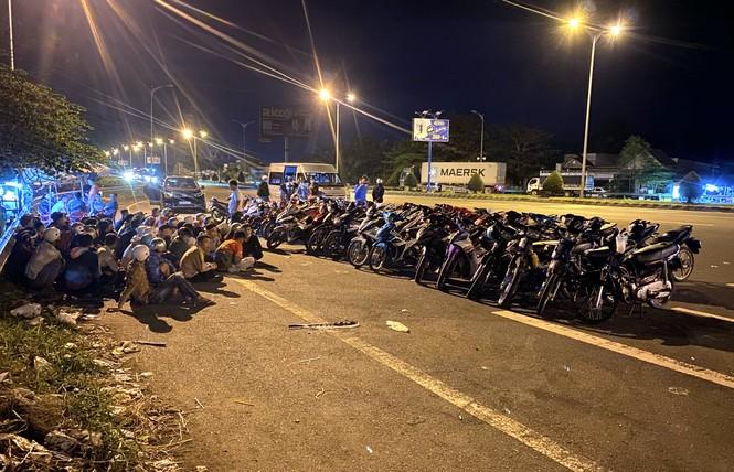 Bắt giữ 52 đối tượng đua xe trên cầu Cần Thơ lúc rạng sáng - ảnh 1