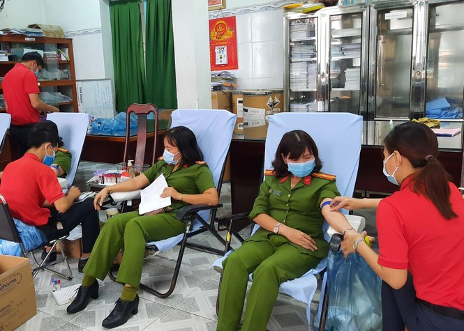Hàng trăm cán bộ, chiến sĩ công an Sóc Trăng hiến máu tình nguyện - ảnh 1