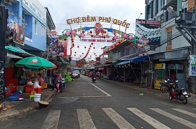 Khách du lịch đến Phú Quốc đông trở lại, chính quyền lo ngại phòng chống dịch bệnh - ảnh 2