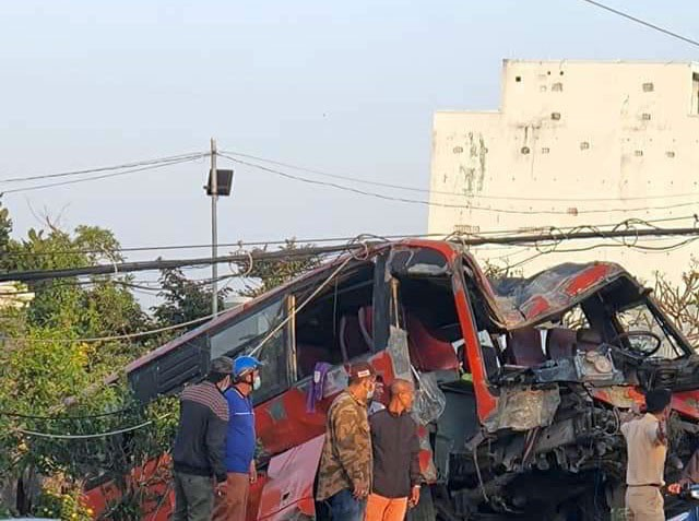 Tiền Giang: Xe chở 25 công nhân tông trụ điện, tài xế tử vong tại chỗ  - ảnh 2
