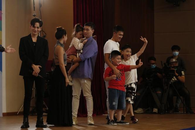 Thu Trang, Tiến Luật bất ngờ khi con trai ôm chặt cầu thủ Công Vinh - ảnh 1