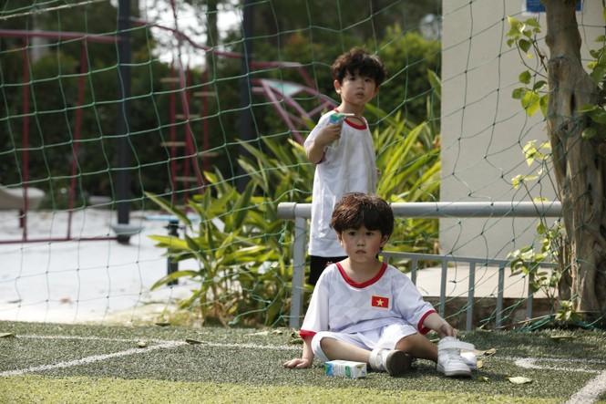 Thu Trang, Tiến Luật bất ngờ khi con trai ôm chặt cầu thủ Công Vinh - ảnh 4