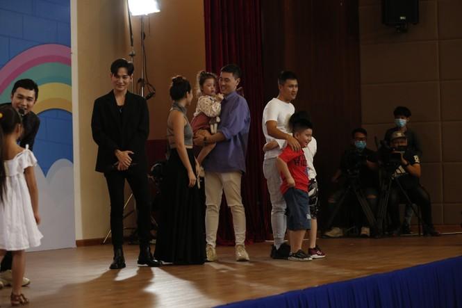 Thu Trang, Tiến Luật bất ngờ khi con trai ôm chặt cầu thủ Công Vinh - ảnh 2