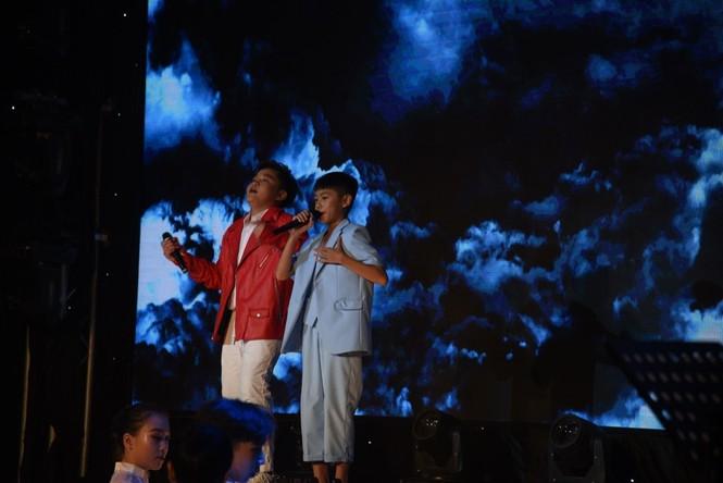 """K-ICM làm mới hit """"Sóng gió"""" giúp Chấn Quốc - Tiến Nhỏ tự tin thể hiện trên sân khấu - ảnh 4"""