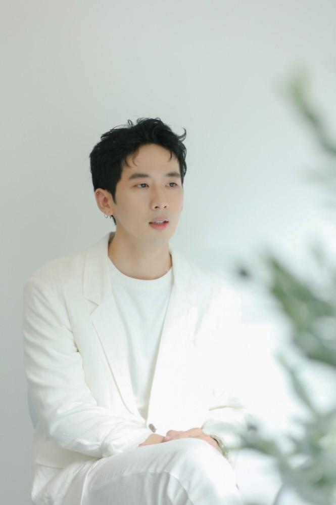 """Tuấn Trần hát ballad """"lụi tim"""" dành tặng fan, thực hiện MV chỉ với giá 0 đồng - ảnh 1"""