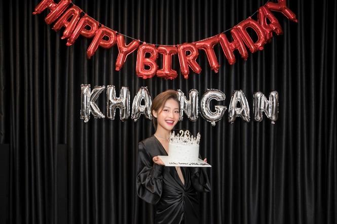 Khả Ngân vỡ oà khi được Gil Lê, Hoàng Thuỳ Linh, vợ chồng Nhi - Thắng... mừng sinh nhật - ảnh 5