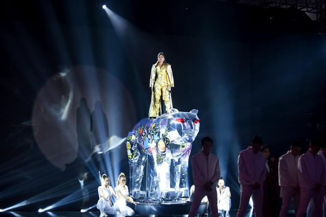 King Of Rap: Pháo mang mô hình khổng lồ lên sân khấu, HIEUTHUHAI đánh bại LONA - ảnh 2