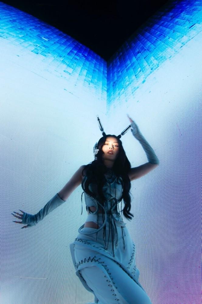 Chi Pu hóa nàng robot xinh đẹp, mang thế giới tương lai đến lễ hội âm nhạc trực tuyến - ảnh 3