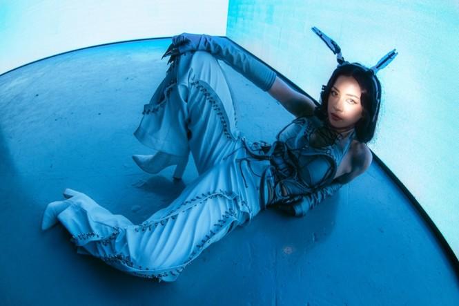 Chi Pu hóa nàng robot xinh đẹp, mang thế giới tương lai đến lễ hội âm nhạc trực tuyến - ảnh 1