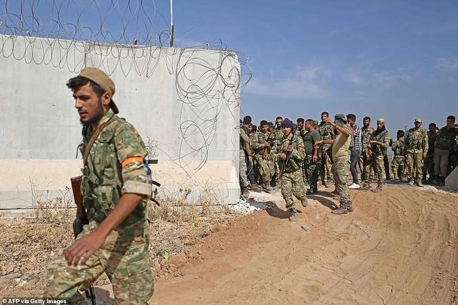 Nhiều tù binh IS vượt ngục ở Syria sau hỏa lực tấn công của Thổ Nhĩ Kỳ - ảnh 1