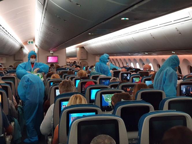 Vietnam Airlines đưa hàng viện trợ của Việt Nam và công dân châu Âu hồi hương - ảnh 1