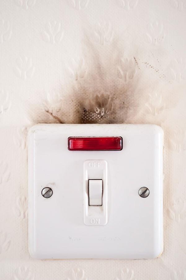 8 sai lầm dùng điện đẩy cả gia đình rơi vào nguy hiểm - ảnh 1