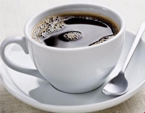 Khi bị ho, nếu uống nhiều thức uống có caffein sẽ khiến cổ họng bị khô dẫn đến ho nhiều hơn. (Hình minh họa)