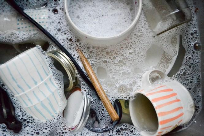 Sai lầm 'độc khủng khiếp' khi rửa bát đũa khiến cả nhà mang bệnh - ảnh 1