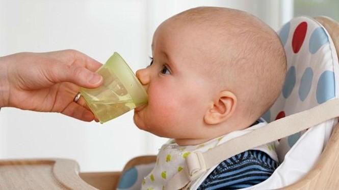 Cách làm đúng và 'đại kỵ' khi trẻ bị sốt, cha mẹ biết mà tránh kẻo hại con  - ảnh 1