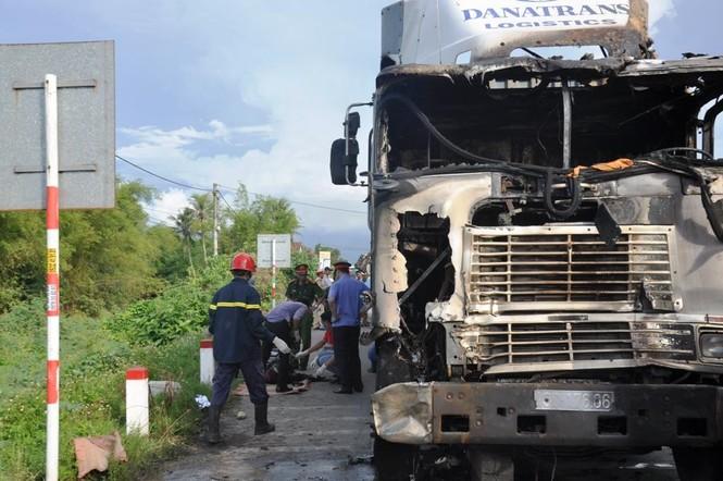 Tai nạn liên hoàn trên quốc lộ 1, một phụ nữ chết cháy dưới gầm xe - ảnh 1