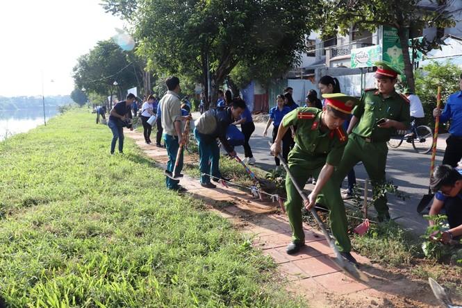 Đoàn viên thanh niên cụm Bắc Trung Bộ hưởng ứng 'Chủ Nhật xanh' tại Huế - ảnh 2
