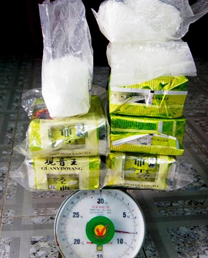 CLIP: Biên phòng tiếp nhận gần 8kg bột trắng nghi ma túy đá dạt từ biển vào - ảnh 4