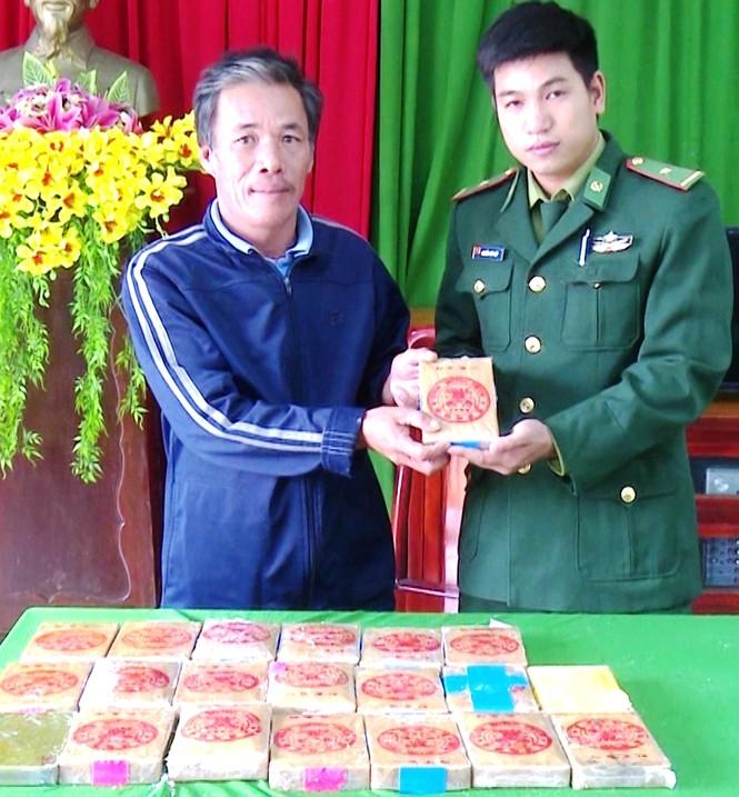 CLIP: Cận cảnh 21 bánh heroin trôi dạt vào bờ biển Thừa Thiên Huế - ảnh 1