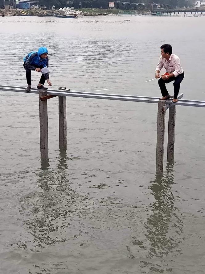 Ngang nhiên đóng cọc, xây cầu trái phép trên danh thắng đầm Lập An - ảnh 1