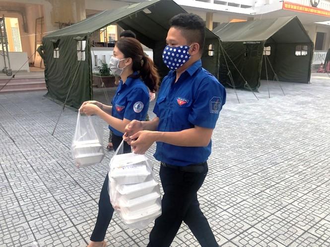 """Đoàn viên thanh niên """"vào bếp"""" hỗ trợ cấp dưỡng cho hàng trăm người cách ly tại TT-Huế - ảnh 4"""
