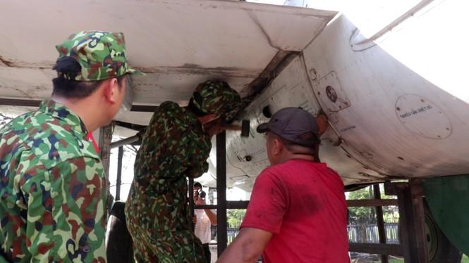 Xem bộ đội tháo rời máy bay tại Huế để chuyển về nơi mới của bảo tàng - ảnh 4