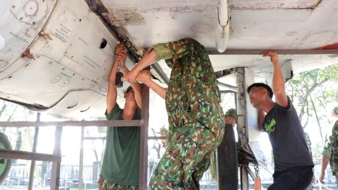 Xem bộ đội tháo rời máy bay tại Huế để chuyển về nơi mới của bảo tàng - ảnh 5
