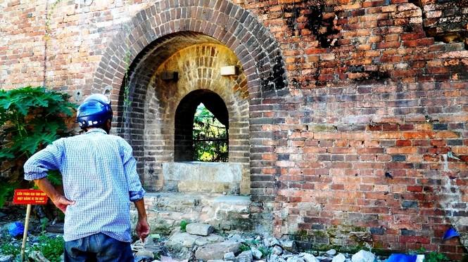 Bí ẩn cổng gạch cổ xuyên tường Kinh thành Huế xuất lộ sau di dân - ảnh 1