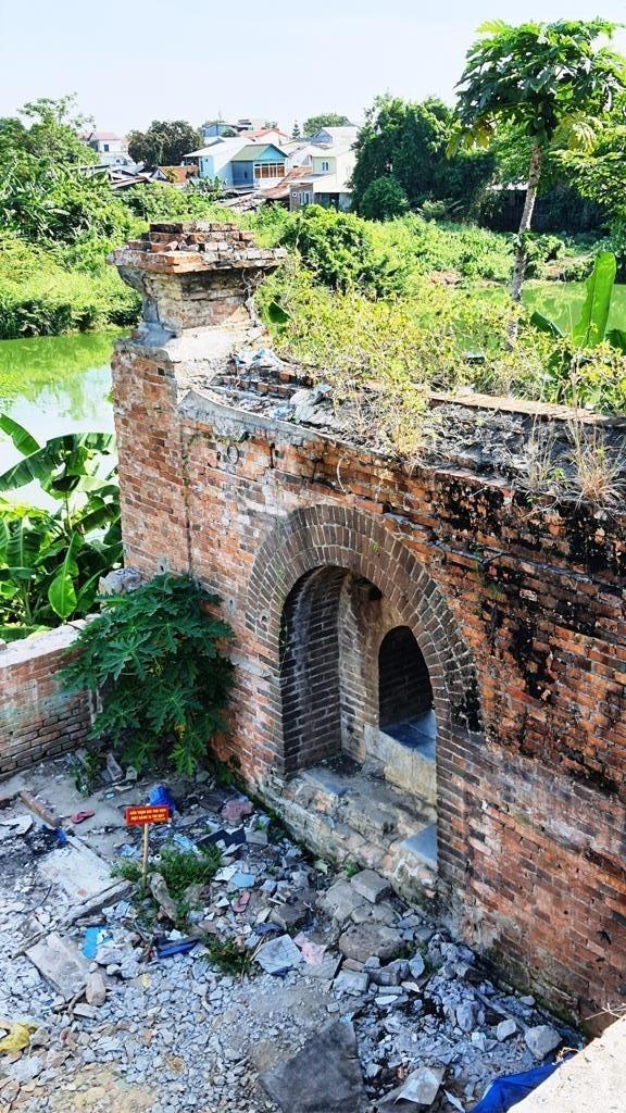 Bí ẩn cổng gạch cổ xuyên tường Kinh thành Huế xuất lộ sau di dân - ảnh 4