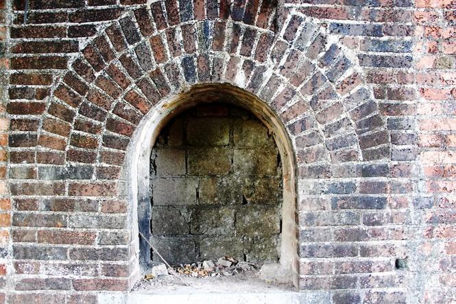 Bí ẩn cổng gạch cổ xuyên tường Kinh thành Huế xuất lộ sau di dân - ảnh 7