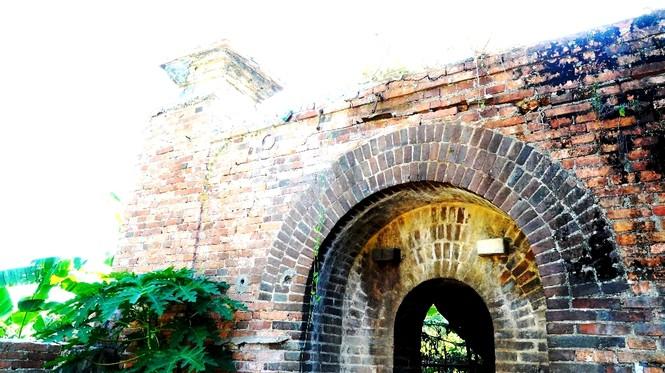 Bí ẩn cổng gạch cổ xuyên tường Kinh thành Huế xuất lộ sau di dân - ảnh 9