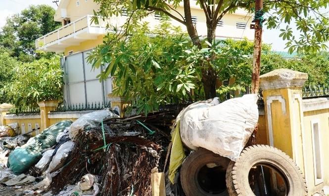Phế liệu 'mắc cạn' giữa khu dân cư tại Huế, tỉnh phải xin ý kiến Bộ TNMT? - ảnh 1