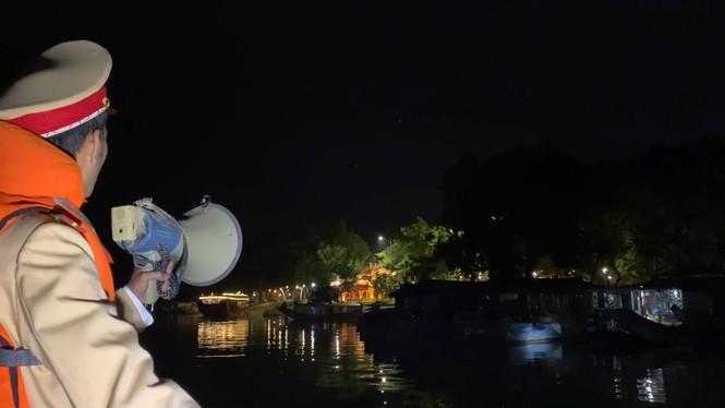 Từ 20 giờ tối nay, Đà Nẵng yêu cầu người dân không ra khỏi nhà để tránh bão số 9 - ảnh 40