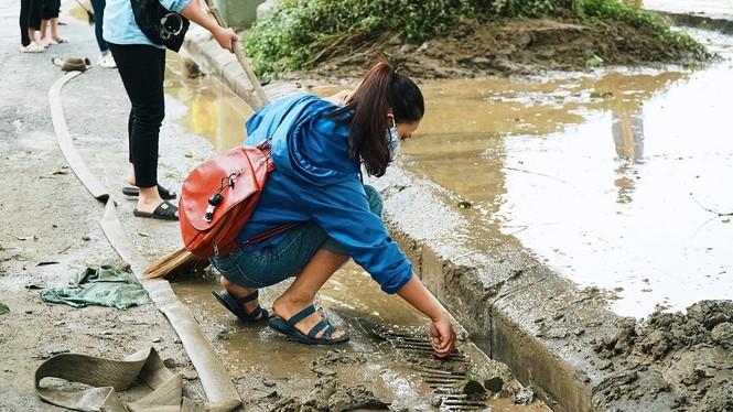 TT-Huế: Huy động tổng lực đoàn viên ra quân xử lý môi trường, giúp dân sau bão lũ - ảnh 5