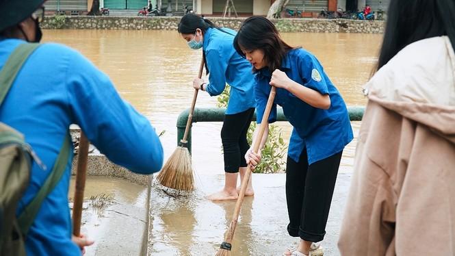 TT-Huế: Huy động tổng lực đoàn viên ra quân xử lý môi trường, giúp dân sau bão lũ - ảnh 7