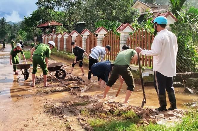 TT-Huế: Huy động tổng lực đoàn viên ra quân xử lý môi trường, giúp dân sau bão lũ - ảnh 10