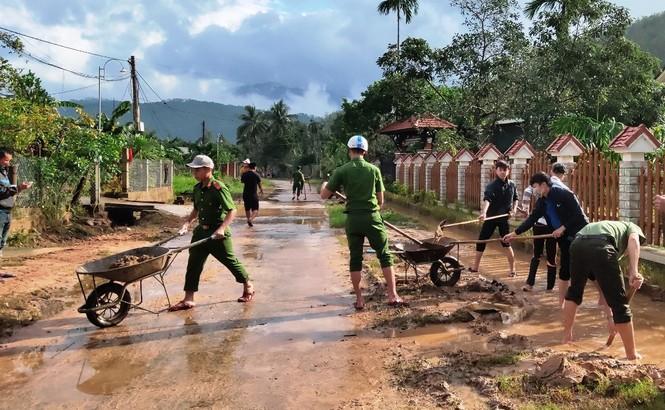 TT-Huế: Huy động tổng lực đoàn viên ra quân xử lý môi trường, giúp dân sau bão lũ - ảnh 12
