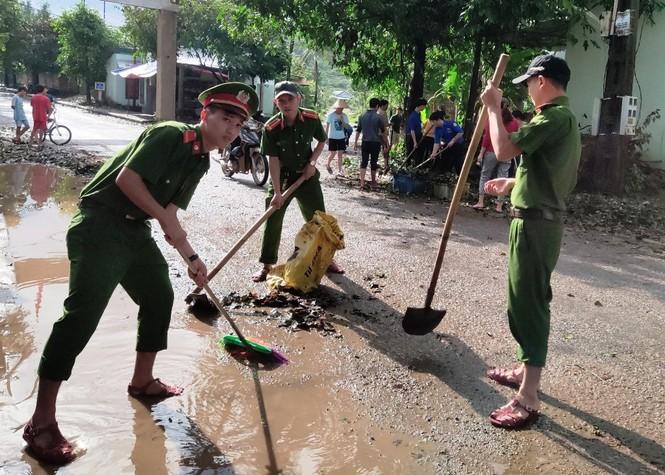 TT-Huế: Huy động tổng lực đoàn viên ra quân xử lý môi trường, giúp dân sau bão lũ - ảnh 3